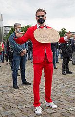 Deutschland  Bremen - Demonstration gegen Corona-Restriktionen  Mann mit unklarer Botschaft