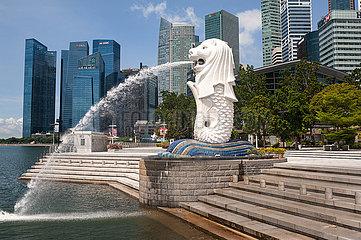 Singapur  Republik Singapur  Verlassener Merlion Park mit Skyline des Geschaeftsviertels waehrend Covid-19