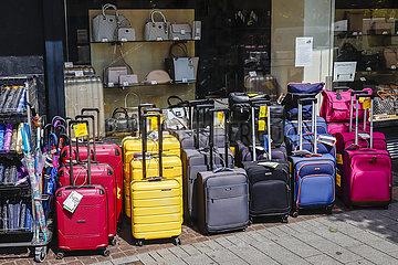 Koffergeschaeft verkauft Reisekoffer in Zeiten der Corona Pandemie mit Reisewarnung  Muelheim an der Ruhr  Ruhrgebiet  Nordrhein-Westfalen  Deutschland