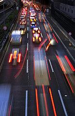 Berlin  Deutschland  Stau auf der A100 vor der Ausfahrt Kaiserdamm