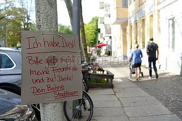 Berlin  Deutschland  Schild Ich habe Durst haengt an einem Berliner Stadtbaum