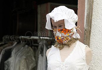 Kloster Zinna  Deutschland  Schaufensterpuppe traegt eine DIY-Maske