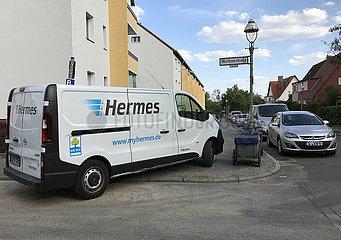 Berlin  Deutschland  Lieferwagen von Hermes parkt an einer Strassenecke