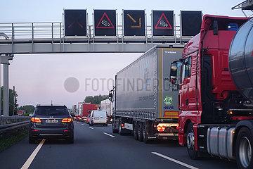 Wendeburg  Deutschland  Stau auf der A2 in Richtung Osten