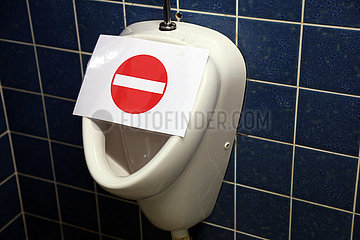 Hannover  Deutschland  Pissoir ist gesperrt