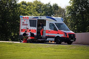Hannover  Deutschland  Rettungsteam der Johanniter Unfallhilfe in Bereitschaft