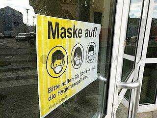 Schild mit der Aufschrift Maske auf