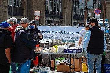 Versorgung von Obachlosen am Hauptbahnhof durch den Hamburger Gabenzaun e.V.