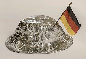 Aluhut mit Deutschlandfaehnchen  Symbol Verschwoerungstheorie
