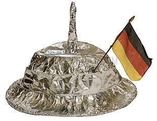 Aluhut mit Antenne und Deutschlandfaehnchen  Symbol Verschwoerungstheorie