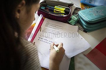 Schularbeiten am Kuechentisch