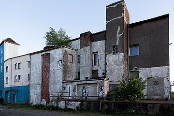 Deutschland  Bremen - Heruntergekommene Gewerbeimmobilie beim Industriehafenmit mit Graffitis