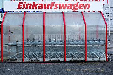 Deutschland  Bremen - Einkaufswagen eines Supermarkts