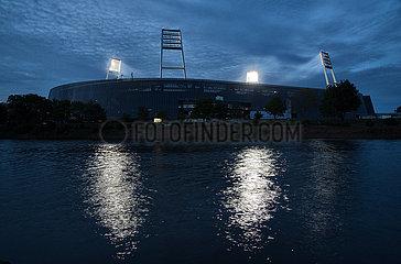 Deutschland  Bremen - Geisterspiel bei Flutlicht  Weserstadion des SV Werder Bremen  vorne die Weser