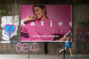 Deutschland  Bremen - Katjes-Werbung mit Bezug auf das social distancing durch Corona