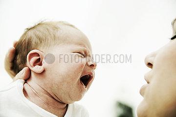 Mutter mit schreiendem Baby