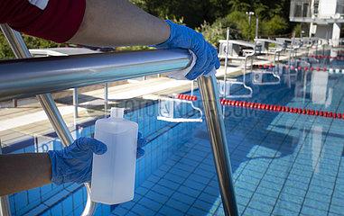 Reinigung des Schwimmbades