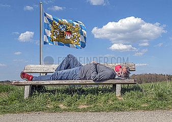 Mann mit Mundschutz  Pause auf Parkbank  Bayern  Mai 2020