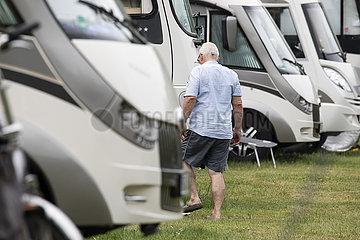 Camper auf überfülltem Wohnmobilplatz