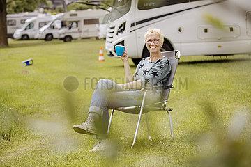 Wohnmobil  Wohnmobilstellplatz  Urlauberin mit Tasse in der Hand