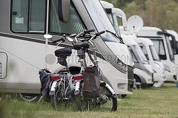 Fahrräder vor Wohnmobil auf Wohnmobilplatz