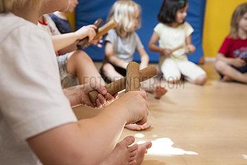 Kinder machen Musik im Kindergarten
