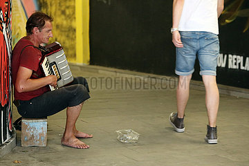 Tiflis  Georgien  Strassenmusikant spielt Akkordeon