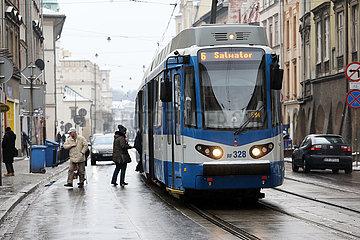 Krakau  Polen  Strassenbahn der Linie 6 im Stadtteil Stradom