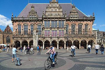 Deutschland  Bremen - Wieder etwas Betrieb auf dem Bremer Marktplatz (mit Rathaus) nach dem Corona-Schock