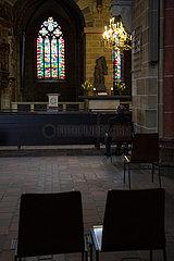 Deutschland  Bremen - Stuehle auf Corona-Abstand im St.-Petri-Dom  hinten ein Nebenaltar