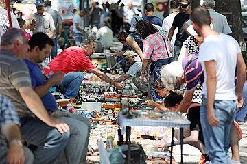 Tiflis  Georgien  Menschen auf einem Troedelmarkt