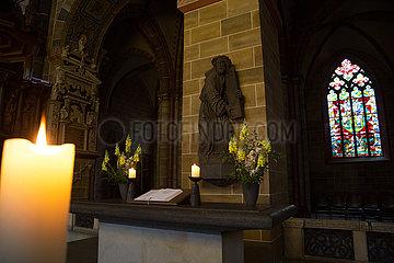 Deutschland  Bremen - Nebenaltar im St.-Petri-Dom  Skulptur zeigt Jesus auf dem Weg zur Kreuzigung