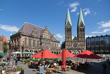 Deutschland  Bremen - Wieder etwas Betrieb augf dem Bremer Marktplatz nach dem Corona-Schock  links das Rathaus  rechts der St.-Petri-Dom und die Buergerschaft
