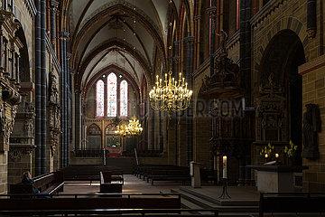 Deutschland  Bremen - Hauptschiff im St.-Petri-Dom  rechts ein Altar