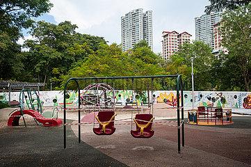 Singapur  Republik Singapur  Abgeriegelte Schaukeln auf Spielplatz waehrend Covid-19 Ausgangsbeschraenkung