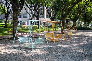 Singapur  Republik Singapur  Abgeriegelte Schaukeln in einem Park waehrend Covid-19 Ausgangsbeschraenkung