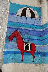Krakau  lustige Zeichnung eines Galopprennpferdes auf einer Hauswand
