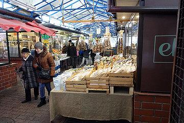 Krakau  Polen  Menschen in einer Markthalle