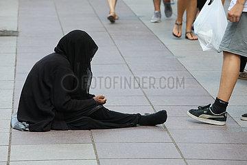 Tiflis  Georgien  Frau sitzt auf einer Strasse und bettelt