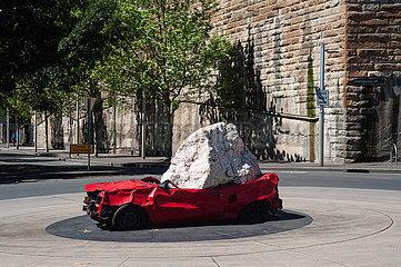 Sydney  Australien  Stillleben mit Fels und Auto von Jimmie Durham