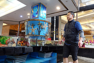 Hongkong  China  Haendler auf einem Fischmarkt