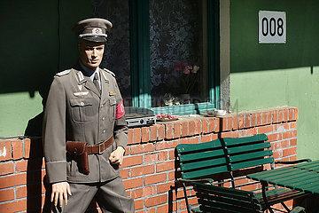 Proetzel  Deutschland  Schaufensterpuppe vor einem Wohnhaus traegt eine Uniform der NVA Grenztruppen
