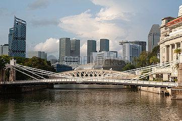 Singapur  Republik Singapur  Stadtansicht mit Fluss und Cavenagh Bridge waehrend Coronakrise (Covid-19)