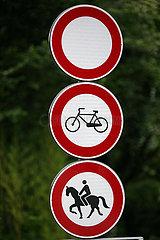 Rom  Italien  Hinweisschild: Durchgangsverbot fuer Fahrradfahrer und Reiter