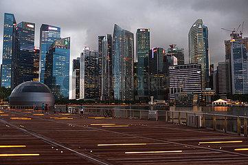 Singapur  Republik Singapur  Stadtansicht mit Wolkenkratzern im Geschaeftsviertel von Marina Bay waehrend Coronakrise (Covid-19)