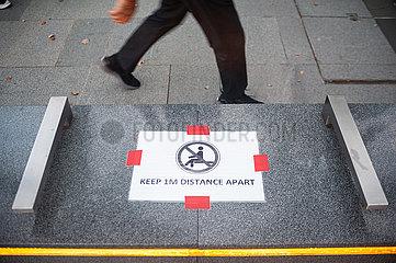 Singapur  Republik Singapur  Safe Distancing Massnahmen durch abgeklebte Flaechen auf Sitzbank