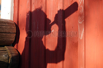 Neu Kaetwin  Deutschland  Silhouette: Mann trinkt aus einer Bierflasche