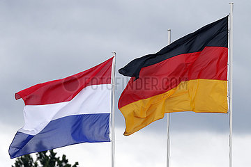 Berlin  Deutschland  Nationalfahnen der Niederlande (links) und der Bundesrepublik Deutschland