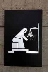 Dubai  Vereinigte Arabische Emirate  Hinweisschild: Waschraum fuer Frauen in einer Moschee