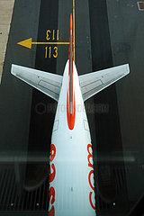 London  Grossbritannien  Flugzeug easyJet auf einem Taxiway des Flughafen London-Gatwick